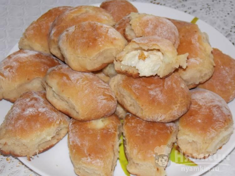 Дрожжевые пирожки с творогом и курагой в духовке
