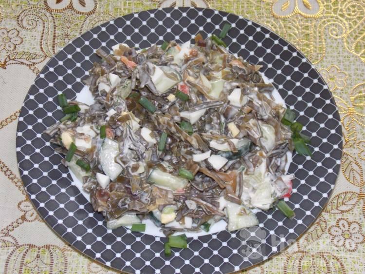 Салат из морской капусты с огурцом и яйцами