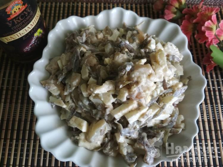 Салат с морской капустой, картошкой и яйцами