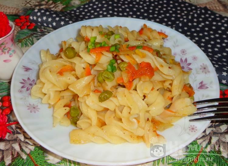Макароны с соевым соусом и зеленым горошком