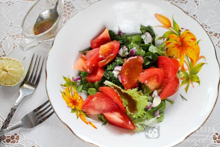 Салат с помидорами, зеленью и медово-горчичной заправкой
