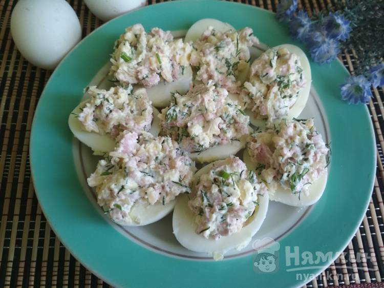 Яйца фаршированные колбасой и сыром