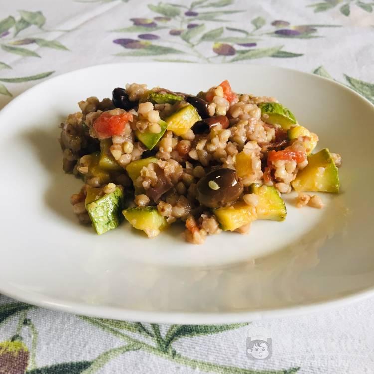 Гречневая каша с цукини и оливками