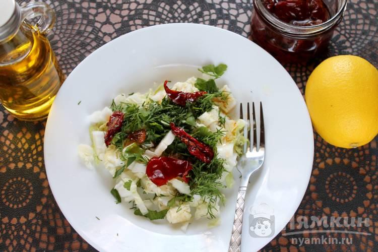 Салат из пекинской капусты с вялеными томатами