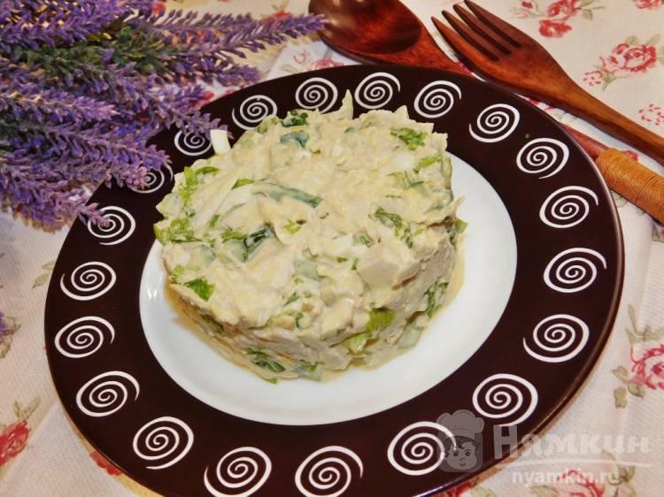 Салат с курицей, яблоками и огурцами
