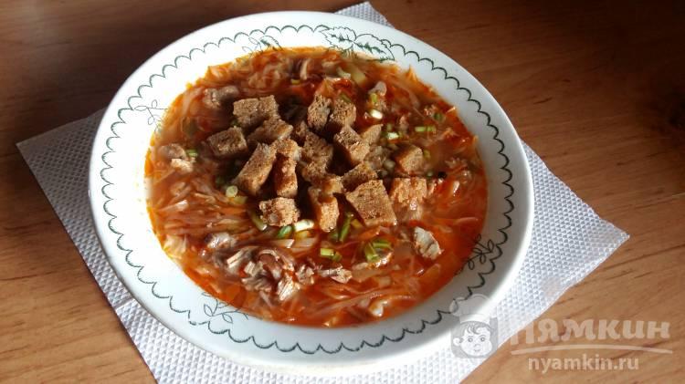 Суп с капустой, сухариками и мясом