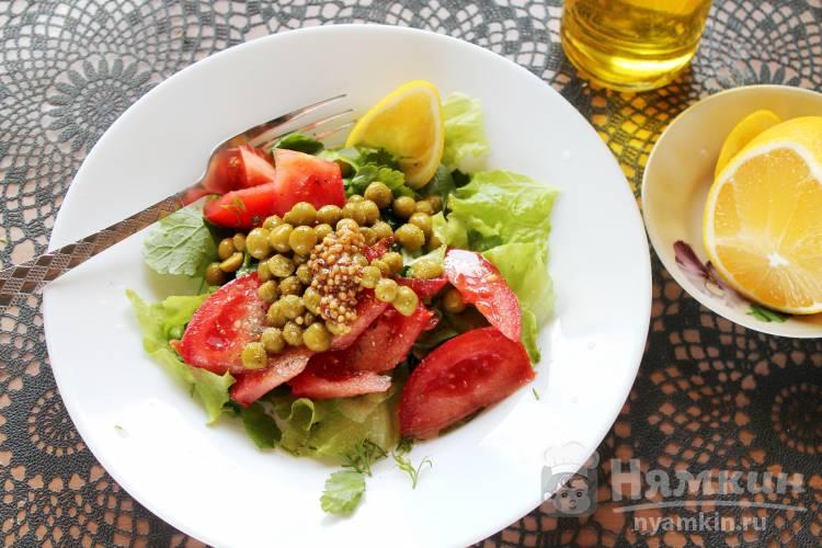 Салат с помидорами, зеленью и горошком