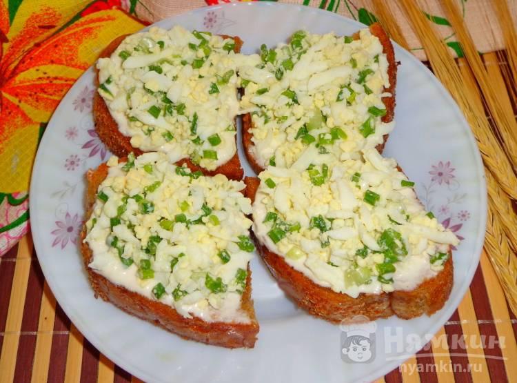 Гренки с чесночным соусом и яйцом