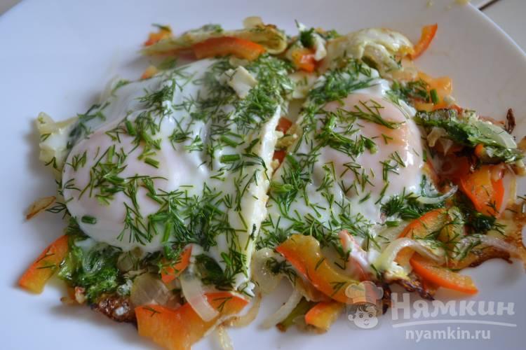 Яичница с болгарским перцем, луком и листьями салата