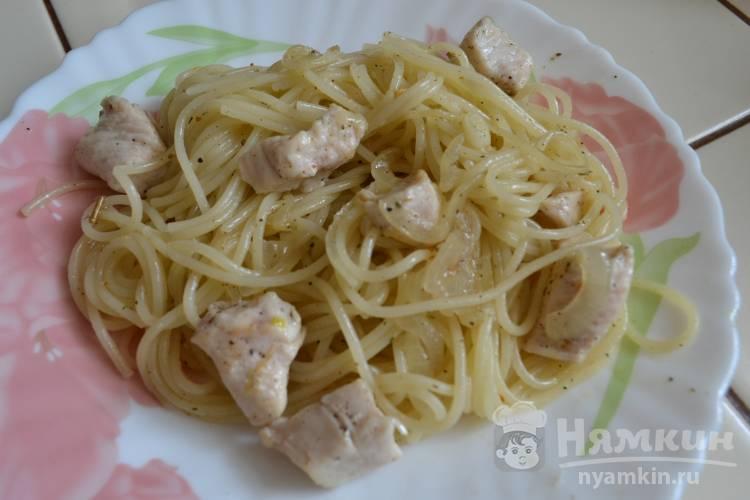 Спагетти с луком и курицей