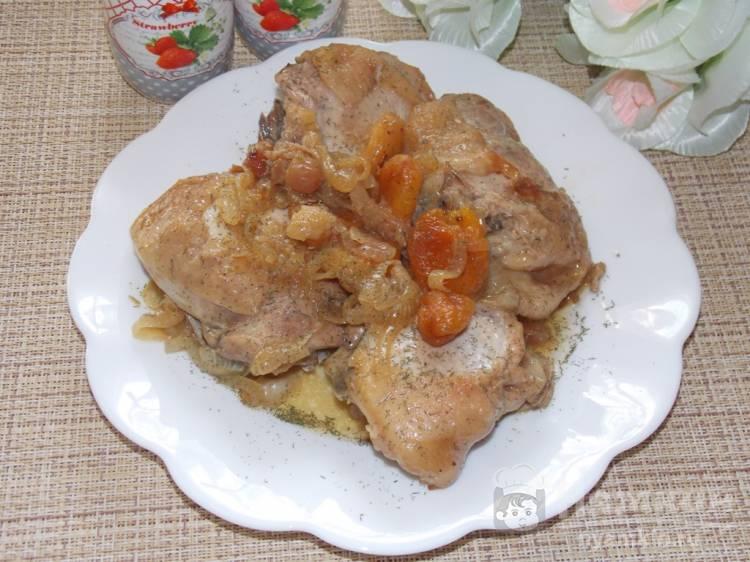 Куриные бедра с сухофруктами и репчатым луком в рукаве
