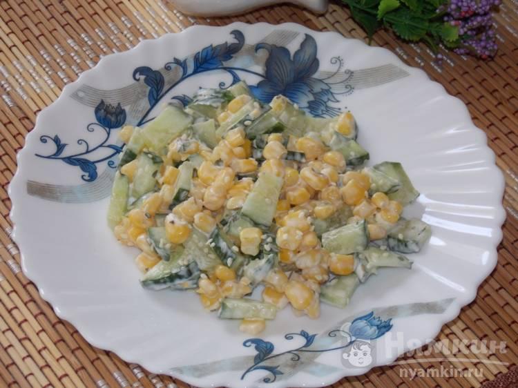 Легкий салат из огурца и кукурузы с кунжутом