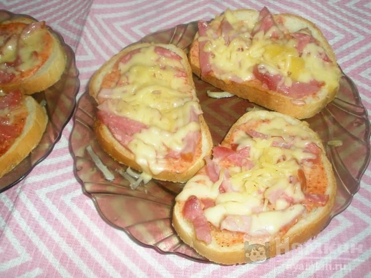 Горячие бутерброды из колбасных остатков с аджикой