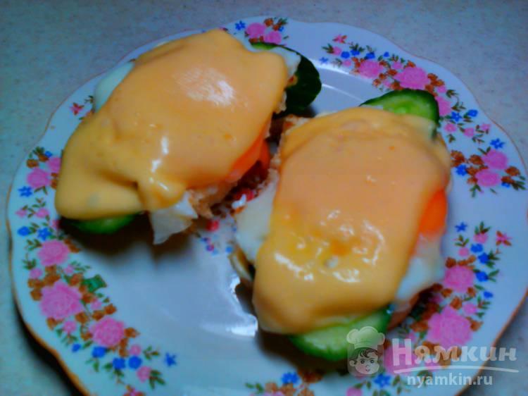 Бутерброд с яичницей, сыром и огурцом