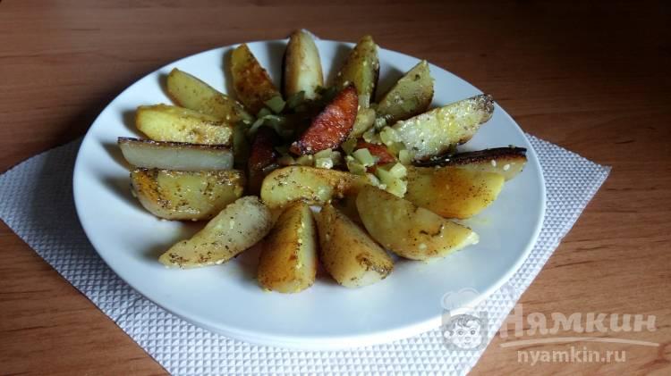 Жареный картофель в мундире с кунжутом и соленым огурцом