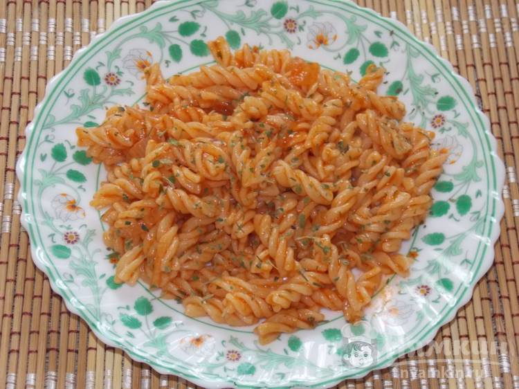 Томатные макароны с репчатым луком и петрушкой