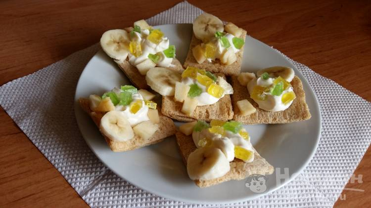 Сладкие бутерброды из хлебцов с мармеладом, фруктами и сливками.