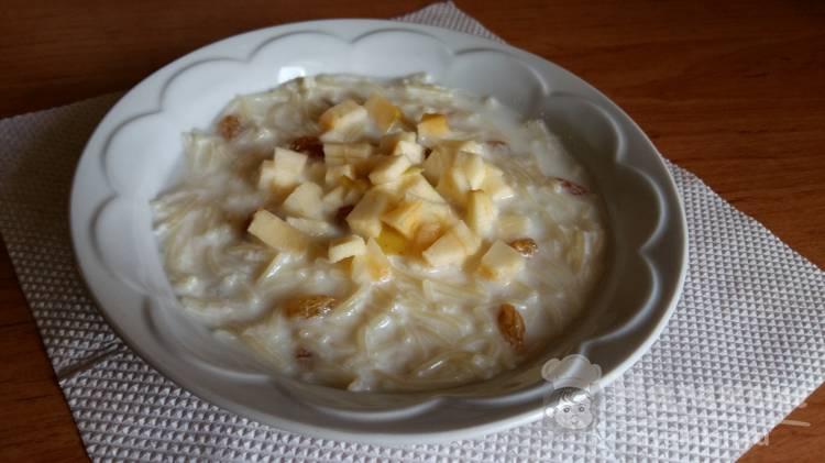 Сладкая вермишель на молоке с изюмом и яблоком
