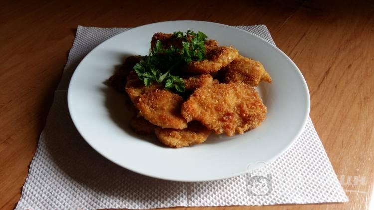 Курица в панировочных сухарях с чесноком и зеленью