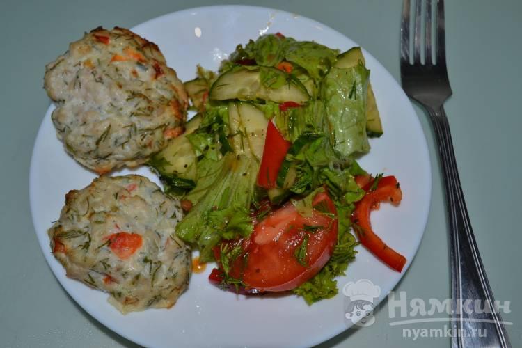 Салат из огурца, помидора, болгарского перца и листьев салата