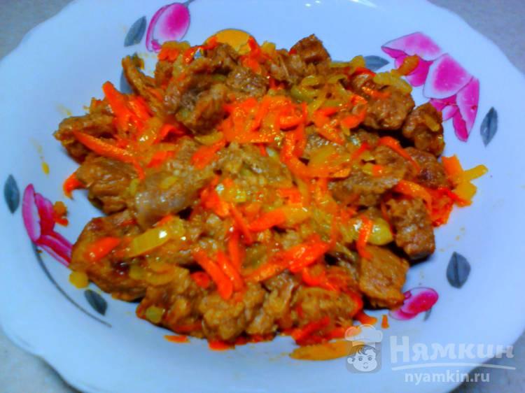 Говядина с морковью и луком на сковороде