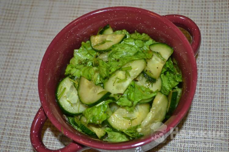 Зеленый салат с огурцом и кисло-сладкой заправкой