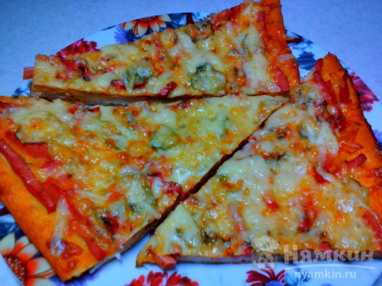 Домашняя пицца с колбасой, солёными огурцами и сыром