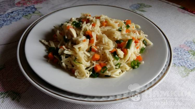 Вермишель с курицей и морковью
