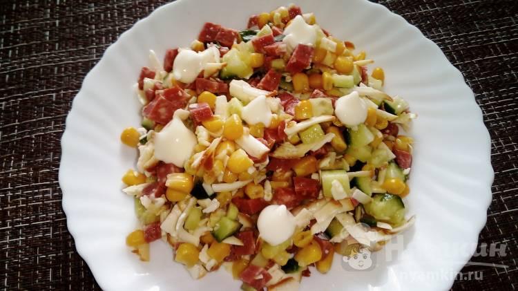 Пикантный салат с огурцом, кукурузой, колбасой и копченым сыром