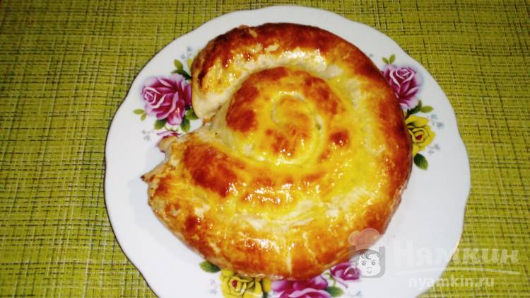 Улитка из слоеного теста с сосисками, сыром и зеленым луком