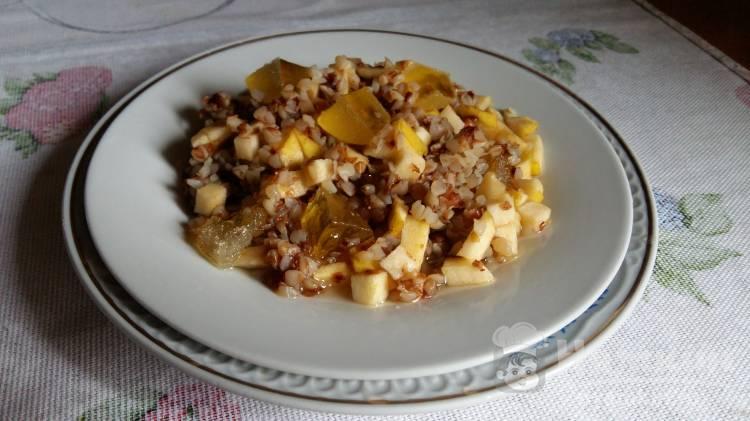 Сладкая гречка с мармеладом и яблоком