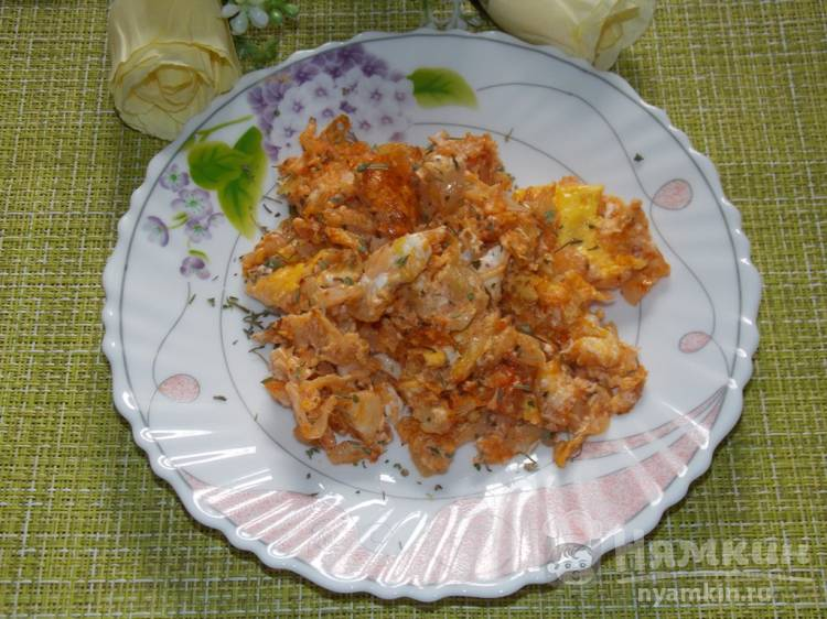 Яичница с капустой и томатной пастой в мультиварке