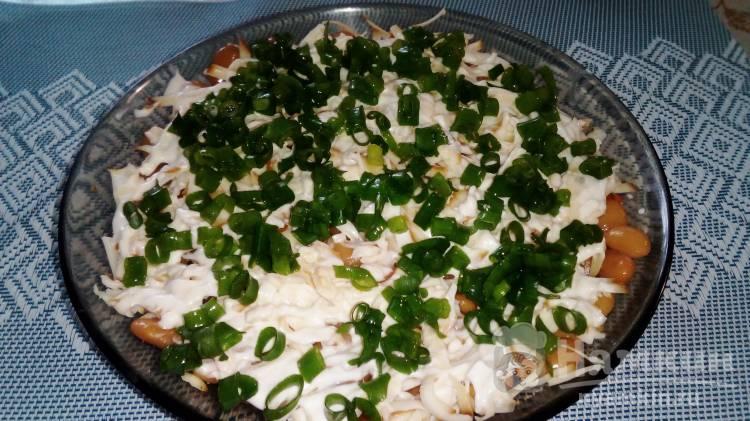 Слоеный салат с фасолью, копченым сыром и морковью по-корейски