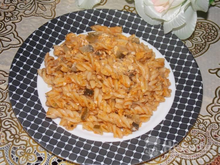 Сытный ужин из вчерашних макарон и соленого огурца