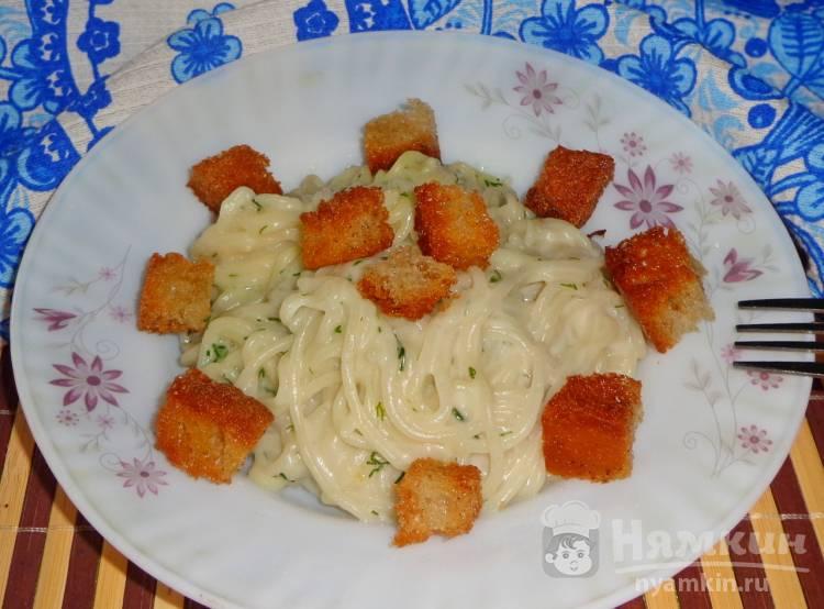 Спагетти в сметане с сухариками