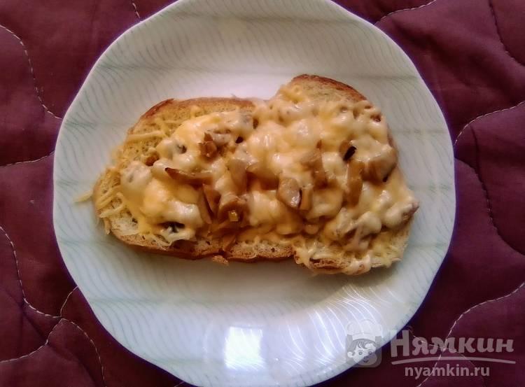 Горячий бутерброд с грибами и сыром