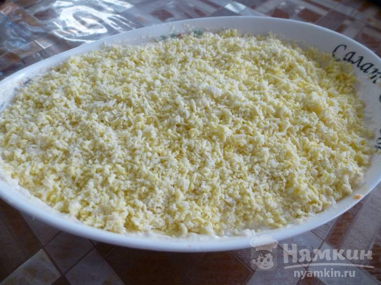Салат с куриной печенью, яйцами и плавленым сыром