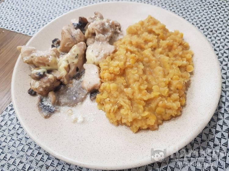 Тушеное филе курицы с грибами