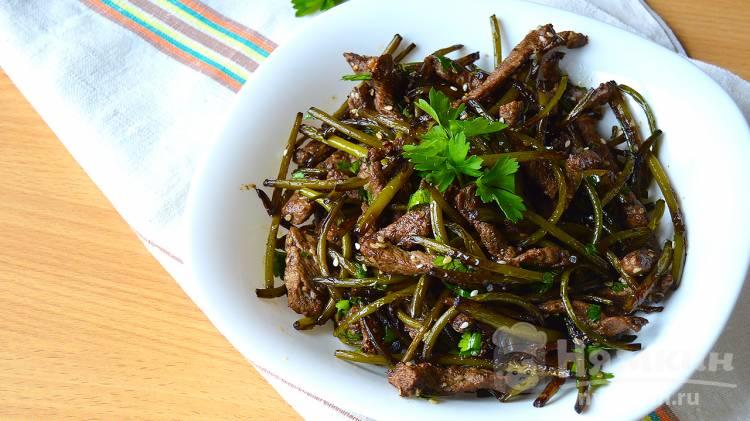 Жареные чесночные стрелки с мясом по-корейски