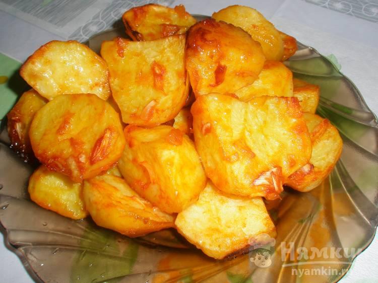 Картошка по-деревенски в томате с луком в духовке
