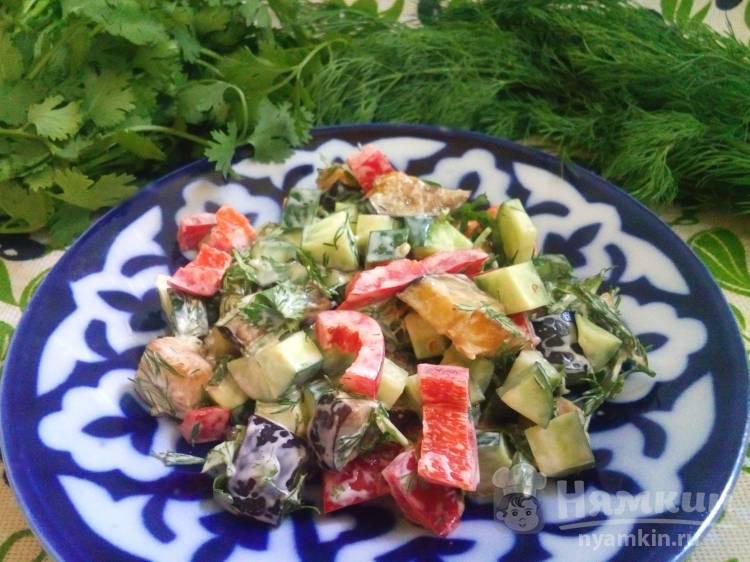 Овощной салат из жареных баклажанов и огурцов