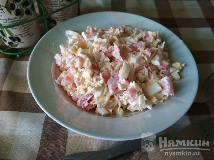 Салат из крабовых палочек, помидора, сыра, чеснока, яйца