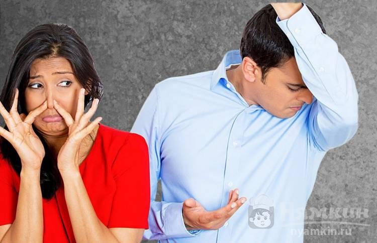 Почему пахнет потом под мышками у мужчин