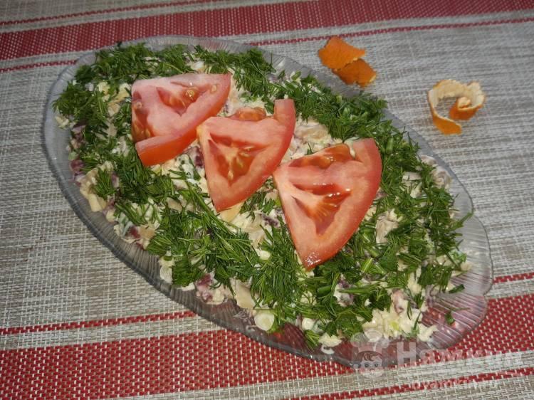 Салат праздничный с консервированными грибами и колбасой