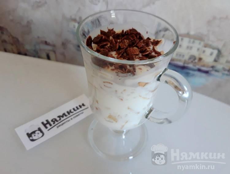 Десерт в стакане из сметаны, печенья и банана