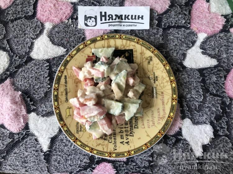 Сытный салат с курицей, огурцом и помидором