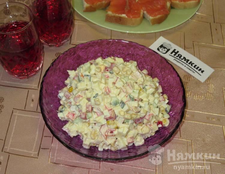 Салат с крабовыми палочками, кукурузой и болгарским перцем