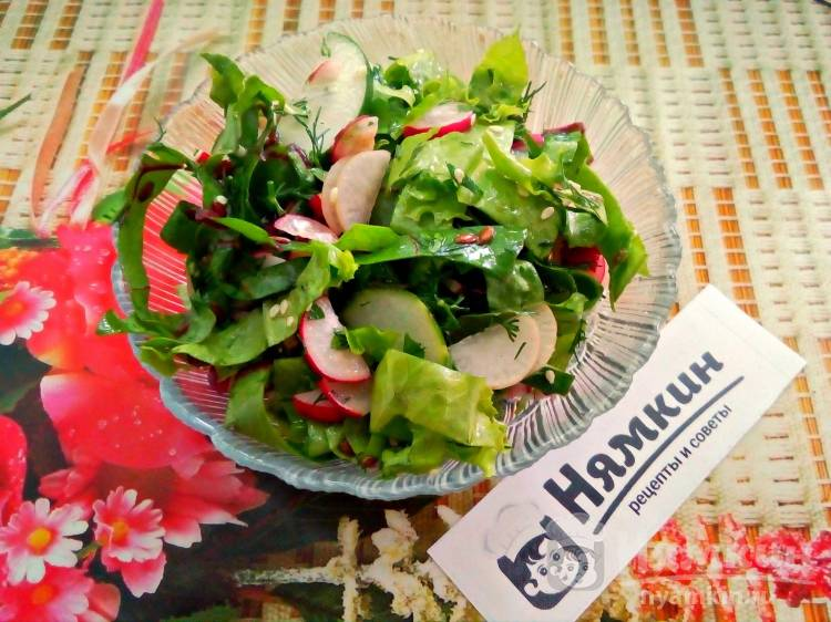 Салат из огурцов, редиса и зелени с кунжутом и семенами льна