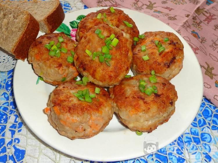 Жареные биточки из фарша с сыром и картофелем