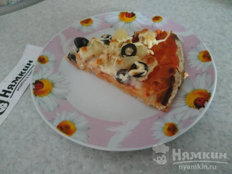 Пицца с курицей и ананасами на готовой основе